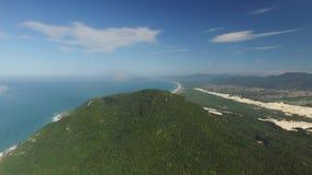 Vista aérea Barra da Lagoa Beach em Florianopolis, Brasil Em julho de 2017 vídeos de arquivo