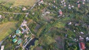 Vista aérea bonita de suburbano no dia de verão ensolarado filme