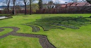 Vista aérea bonita do jardim do castelo em Cesky Krumlov, República Checa filme