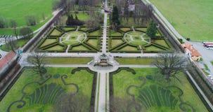 Vista aérea bonita do jardim e da fonte em Cesky Krumlov, República Checa vídeos de arquivo