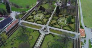 Vista aérea bonita do jardim e da fonte em Cesky Krumlov, República Checa filme
