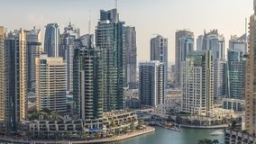 Vista aérea bonita do passeio e do canal do porto de Dubai com iate e os barcos de flutuação antes do por do sol em Dubai, UAE filme