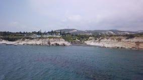 A vista aérea bonita dos reguladores encalha em Chipre do lado de mar filme