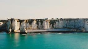 Vista aérea cênico bonita do litoral do mar dos azuis celestes de Normandy do por do sol e de penhascos ensolarados brancos majes filme