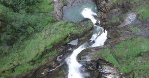 Vista aérea, cachoeira bonita nos cumes, rauris próximos vídeos de arquivo
