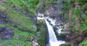Vista aérea, cachoeira bonita nos cumes, rauris próximos filme