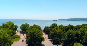 Vista aérea centro de ciudad de Varna, de Bulgaria, playa y parque del jardín del mar almacen de metraje de vídeo