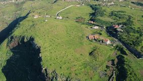 Vista aérea Cliff Coastline alto sempre-verde filme