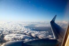 Vista aérea com a asa plana acima das nuvens Foto de Stock