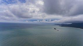 Vista aérea com céus nebulosos e água azul foto de stock