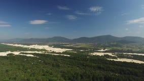 A vista aérea Costao faz a praia do santinho em Florianopolis, Brasil Em julho de 2017 video estoque