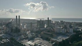 Vista aérea da área industrial poluindo o ar e do mar distante video estoque