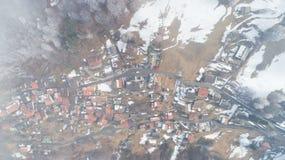 Vista aérea da aldeia da montanha, ninguém na cena imagem de stock royalty free