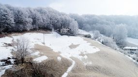 Vista aérea da aldeia da montanha, ninguém na cena fotografia de stock