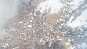 Vista aérea da aldeia da montanha, ninguém na cena imagens de stock