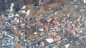 Vista aérea da aldeia da montanha, ninguém na cena imagens de stock royalty free