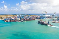 Vista aérea da altura de um porto da carga em um porto da carga, de um navio de navigação com recipientes, e de um outro na carga imagem de stock royalty free