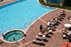 Vista aérea da associação azul no hotel com Sunbathers Fotografia de Stock