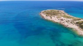 Vista aérea da baía bonita com água claro em mediterrâneo, no dia ensolarado video estoque