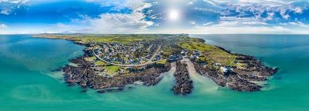 Vista aérea da baía de Bull na costa do norte de Anglesey, Gales, Reino Unido Fotografia de Stock