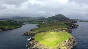 Vista aérea da baía de Teelin no condado Donegal na maneira atlântica selvagem na Irlanda vídeos de arquivo