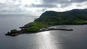 Vista aérea da baía de Teelin no condado Donegal na maneira atlântica selvagem na Irlanda filme