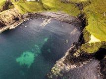 Vista aérea da baía do dinossauro com a pegada rara do dinossauro do tracksite sauropod-dominado do nam de Rubha fotografia de stock royalty free