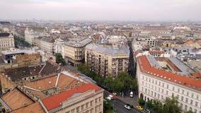 Vista aérea da basílica de Istvan de Saint à estrada em telhados de Budapest das casas na parte histórica de Budapest video estoque