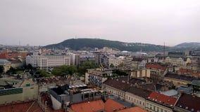 A vista aérea da basílica de Istvan de Saint aos ferris roda dentro telhados de Budapest das casas na parte histórica de Budapest video estoque