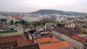 A vista aérea da basílica de Istvan de Saint a Ferris roda dentro telhados de Budapest das casas na parte histórica de filme