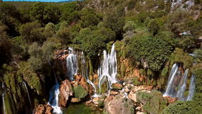 Vista aérea da cachoeira, da Bósnia e da Herzegovina de Kravica filme