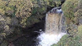 Vista aérea da cachoeira de Lealt após a tempestade Callum, Escócia - ilha de Skye vídeos de arquivo