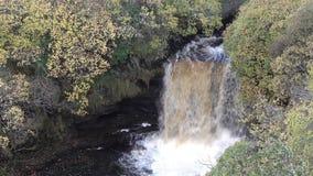 Vista aérea da cachoeira de Lealt após a tempestade Callum, Escócia - ilha de Skye video estoque