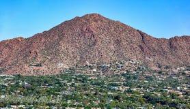 Vista aérea da cara sul da montanha do Camelback em Phoenix, o Arizona foto de stock