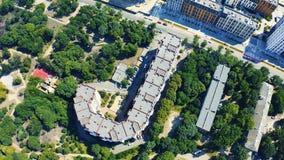 Vista aérea da casa estranha Construção da letra de J Construções sob a forma das letras do conceito filme