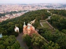 Vista aérea da catedral da cidade de St Lawrence e de Praga do monte de Petrin foto de stock