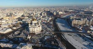 Vista aérea da catedral de Cristo o salvador em um dia gelado, na perspectiva de um rio congelado de Moscou filme