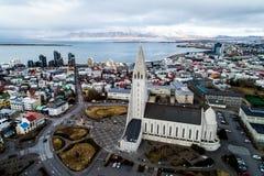 Vista aérea da catedral famosa de Hallgrimskirkja e da cidade de Fotografia de Stock Royalty Free