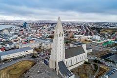 Vista aérea da catedral famosa de Hallgrimskirkja e da cidade de Fotos de Stock Royalty Free