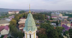 Vista aérea da catedral transversal santamente do católico grego em Uzhhorod, Transcarpathia, Ucrânia filme