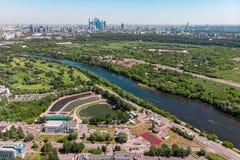 Vista aérea da cidade das interseções e as estradas, as casas, as construções, os parques e os parques de estacionamento, pontes  foto de stock royalty free