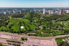 Vista aérea da cidade das interseções e as estradas, as casas, as construções, os parques e os parques de estacionamento, pontes  imagens de stock