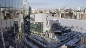 Vista aérea da cidade de Ekaterinburg em Rússia com construções de vidro modernas da fachada a??o Voo sobre o museu histórico vídeos de arquivo