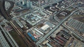 Vista aérea da cidade, de estradas, de casas, de estrada de ferro e de outras construções Imagem panorâmico filme