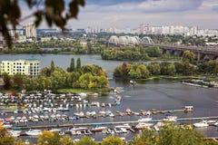 A vista aérea da cidade de Kiev de um ponto de observação sobre o rio de Dnieper com ponte railway yachts no beliche e no resi no Imagens de Stock Royalty Free
