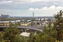 A vista aérea da cidade de Kiev de um ponto de observação sobre o rio de Dnieper com ponte railway yachts no beliche e no resi no Fotografia de Stock Royalty Free