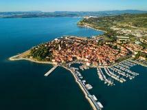 Vista aérea da cidade de pesca velha Izola no Eslovênia, arquitetura da cidade com o porto no por do sol Costa de mar do adriátic imagem de stock royalty free
