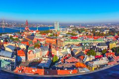 Vista aérea da cidade e do Daugava velhos, Riga, Letónia imagem de stock