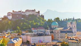 Vista aérea da cidade histórica de Salzburg com os DOM da fortaleza de Festung Hohensalzburg e da catedral de Salzburger Cen?rio  imagens de stock royalty free