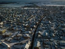 Vista aérea da cidade pequena em Lituânia, Joniskis Dia de inverno ensolarado imagens de stock